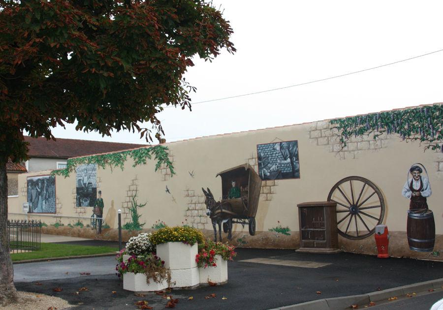 Décor mural à Fozes 86, centre bourg. Thème ancien métiers et acteurs du village.